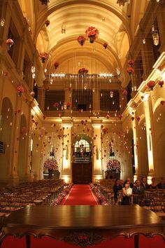 Cerimônia com teto decorado com arranjos suspensos
