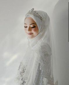 Bridal Hijab Dresses Muslim Brides 21 Ideas For 2019 Wedding Abaya, Hijab Wedding Dresses, Bridesmaid Dresses, Wedding Poses, Wedding Bride, Wedding Makeup, Dream Wedding, Bridal Hijab, Bridal Lehenga