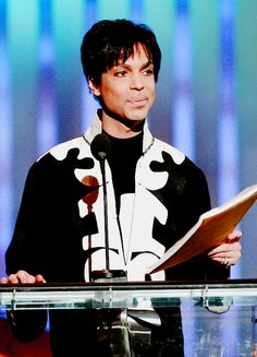 Prince accepts NAACP award in 2007.