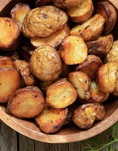 Free OXO Roast Potatoes -Syn Free OXO Roast Potatoes - A buttery dish of pan-roasted Garlic Mushroom and Baby Potatoes with herbs. So simple and very easy to make with elegant results that make for a delicious side or appetizer. Potato Recipes, Vegetable Recipes, Potato Dishes, Slimming World Roast Potatoes, Slimmers World Recipes, Perfect Roast Potatoes, Slimming World Recipes Syn Free, Eating Eggs, Roast Dinner