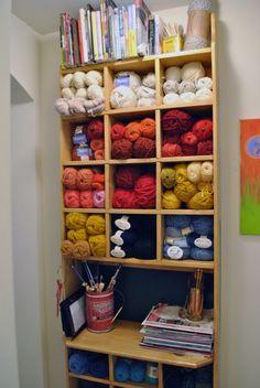 great yarn storage ~ Buena idea para guardar tus madejas favoritas - ¿Qué os parece?
