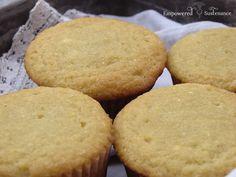 Paleo coco Farinha Cupcakes (adoçadas com mel).  A apenas 10 minutos de preparação!