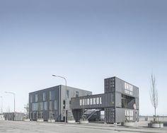 건축은 단순한 원칙을 바탕으로 한다. 꾸미지 않은 심미적 아름다움, 차별화된 각 공간의 적정크기, 건물을 가시적으로 연결하는 레이어 그리고 지속가능한 거주환경을 유지시켜주는 풍부한 자연채광을 원칙으로 한다. 보이는 그대로 내외부 외피와 스트럭쳐는 화물용 컨테이너를 이용한다. 10-14년동안 거친 바닷가에 노출된 컨테이너는 제2의 삶을 부여받아, 건축 요소의 일부분으로 치환된다. 이를 위해 결함있는 부분들은..