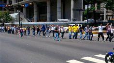 Realizan cadena humana para exigir liberación de presos políticos