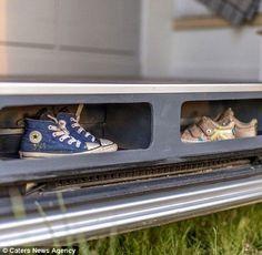 Pourquoi acheter une caravane alors qu'il est possible de créer une petite maison sur roues avec une camionnette ? C'est bien ce que Jack Richens et Lucy Hedges, un couple basé à Oxford en Angleterre, ont fait avec leur Mercedes Sprinter de 2012 ! Ces deux ingénieurs se sont donné pour mission d'intégrer un coin-cuisine, un coin-repas, mais …