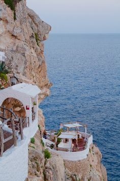 Cova d'en Xoroi restaurant in Menorca, Spain on the cliff by the ocean Places To Travel, Travel Destinations, Places To Go, Greece Destinations, Ibiza Formentera, Travel Tags, Blog Voyage, Greece Travel, Greek Islands