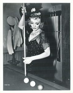 Marlene Dietrich playing snooker/8-ball/pool <3 !!