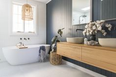We take a tour around the stunning newly renovated bathroom from Anna Moore. She shares her coastal luxe bathroom and top tips when renovating a bathroom.