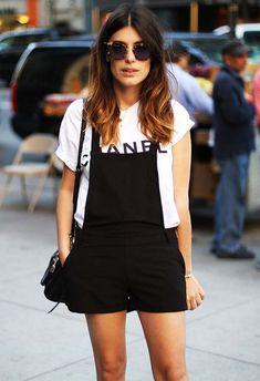 Look da blogueira Aida Domenech com jardineira preta + t-shirt.