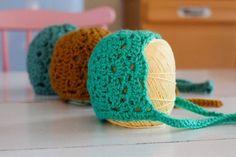 Je suis tombée il y a quelques temps sur ce patron de béguin au crochet: le modèle Samira Apricot Baby Bonnet de Katherine du blog Crochetlatte. Je l'ai traduit de l'anglais, d'abord pour moi. Puis avec l'aimable autorisation de Katherine, je partage cette traduction pour vous aujourd'hui. Nouveau-né: Crochet de 4 mm + laine correspondante (environ 25 grammes) 6 mois: Crochet de 5 mm + laine correspondante (environ 40 grammes)  Abréviations:  Ch:Chainette m.:Maille mc:maille coulée…