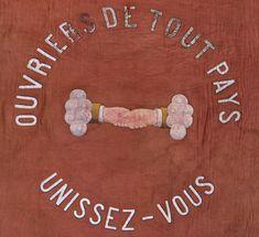 Dès le milieu du XIXe siècle, les organisations ouvrières, puis les syndicats, se dotent de drapeaux, signes de ralliement et élément d'affirmation qui mettent en évidence leurs outils et leurs emblèmes.  Réunies par le syndicat Unia, une collection de drapeaux unique en son genre, rend compte de plus d'un siècle de lutte ouvrière. Remis aux Archives cantonales vaudoises par le syndicat, puis déposé au Musée cantonal d'archéologie et d'histoire, cet ensemble exceptionnel est à l'origine… Genre, Gingerbread Cookies, Unique, Frame, Vintage, Collection, Decor, The Syndicate, Flags