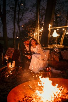 This Intimate Wedding Inspiration at Frickley Lake is Pure Coziness There's nothing cozier than a lakeside wedding campfire 1920s Wedding, Fall Wedding, Wedding Ceremony, Rustic Wedding, Dream Wedding, Wedding Ideas, Intimate Wedding Reception, Wedding Details, Wedding Photography Poses