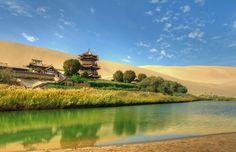 中国のゴビ砂漠にあるオアシス三日月湖 月牙泉。砂漠のオアシスまとめ