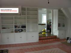 Bookcase under constrcution as other part of country kitchen. Boekenkast aan andere zijde ensuite en maatwerk keuken. Door www.myhouse-amsterdam.nl
