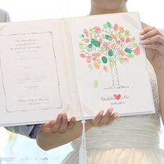 結婚証明書にはゲストからウェディングツリーになるように指印とサインをしてもらったおふたり。 おふたりの指印は名前の真ん中に♡になるように! ゲスト全員に参加していただける演出ですね。