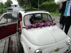 Onze bruidsauto, Fiat 500, met slinger op de voorruit Fiat 500, Bridal Shower, Decoration, Shower Ideas, Weddings, Floral Arrangements, Autos, Shower Party, Decor