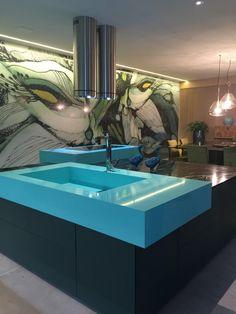 Casa cor São Paulo | O living, o quarto e o banheiro não fogem do tema e mantém a tonalidade do azul como destaque. Na área de estar, o sofá de mais de 7 metros de largura chama a atenção e brinca com a composições dos quadros que ficam logo atrás dele. Na suíte, uma janela de vidro mostra o jardim externo, trazendo o paisagismo para dentro. E no banheiro, o destaque vai para a banheira retrô em um azul mais escuro que se mistura com as pastilhas numa tonalidade de azul mais claro.