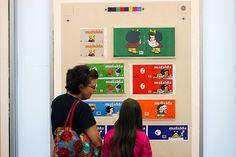 Avó explica à neta sobre o período histórico e político das tirinhas da Mafalda.