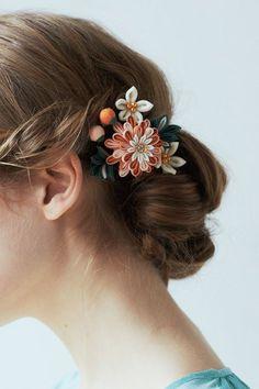 色の重なりで華やぐ カラフルつまみ細工ミニブーケの会 #つまみ細工 #ハンドメイド #手作り #髪飾り #アクセサリー #成人式 #七五三 #卒業式 Ribbon Art, Ribbon Crafts, Ribbon Bows, Felt Hair Accessories, Wedding Hair Accessories, Flowers In Hair, Fabric Flowers, Kanzashi Flowers, Floral Hair