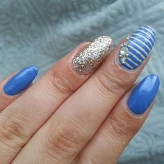 #stripednails and #glitteraccent with #swarovskicrystals  colors used: @essiepolish #pretasurfer , #sinfulcolors #beachesandcream and @opi_products #roseoflight for the glitter  the swarovski and #caviarbeads are from @daily_charme , the vinyls I used are from @whatsupnails