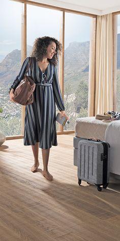 Juzo Soft: Der Kompressionsstrumpf ermöglicht durch sein besonders feines Mikrofasergestrick einen optimalen Feuchtigkeitstransport – selbst unter besonderen klimatischen Bedingungen am Reiseziel. Das sorgt für ein angenehmes Hautklima und ein gutes, softes Gefühl auf der Haut. Juzo Soft verbindet modische Finesse mit höchstem Tragekomfort. Ein idealer Begleiter für Reisen und Alltag. #juzo #juzosoft #reisestrümpfe #reisen #kompression #reisethrombose K Om, Compression Stockings, Hosiery, Midi Skirt, Shirt Dress, Skirts, Travel, Women, Fashion