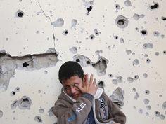 GAZA De 11-jarige Fares Sadallah huilt nadat zijn huis beschadigd is geraakt bij een Israëlische luchtaanval.