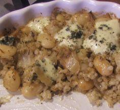 Zapiekanka z fasolą, kaszą jęczmienną i serem pleśniowym.