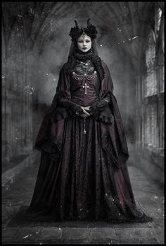 Su nombre auténtico era Erzsébet (Isabel, en castellano) Báthory, pero la historia la conoce como La Condesa Sangrienta, por su afición a secuestrar y torturar a muchachas de los alrededores, cuya sangre se bebía para conservar la eterna juventud. #elizabethbathory #bathory #vampira #sangre #misterio #terror #bossdark