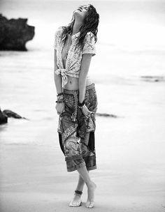 """""""Sinto orgulho em saber que meu passado me permitiu ter mais sensibilidade.  Hoje me sinto menos tempestuosa e mais, bem mais pronta, próxima de mim, do que fui, do que sou, dessa pessoa que o tempo me fez. Hoje, sou mais compreensiva diante desse futuro que me brinda com gentil delicadeza.  Surpreendo-me quando me pego espalhando flores no caminho que cruzo. Quem sabe essa não seja a confirmação de que preciso continuar."""