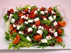 Sałatka z pestkami granatu, pomidorkami i rozpływająca się w ustach ricottą... Bardzo szybka do zrobienia, lekka i pełna witamin. Gorąco p...