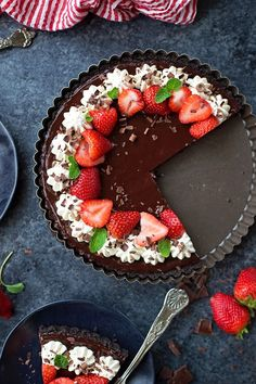 Easy, decadent and perfect for Valentine's Day. This triple chocolate tart has a chocolate cookie crust, truffle-like interior and a silky ganache topping. Easy Chocolate Cheesecake Recipe, Chocolate Fruit Cake, Chocolate Pies, Chocolate Strawberries, Chocolate Recipes, Tart Recipes, Sweet Recipes, Chocolates, Salted Caramel Fudge