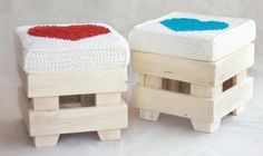 Cute beautiful stool with knitted blankets DIY Furniture from Euro pallets - 101 craft ideas for wood pallets Wooden Pallet Furniture, Wooden Pallets, Paint Furniture, Upcycled Furniture, Wooden Diy, Cool Furniture, Euro Pallets, Pallet Wood, Furniture Ideas
