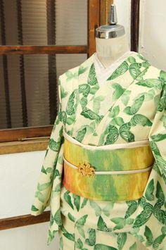 やわらかな陽の光のようなクリーム色に、澄んだ緑美しく染め出された蝶々模様が物語をさそうウールの単着物です。 #kimono