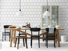 I höst förvandlar vi köket hemma till kvarterets hemtrevligaste bistro. Runt MÖCKELBY bord sitter vi bekvämt hela kvällen på IDOLF stolar. STOCKHOLM skåp med glasdörrar.