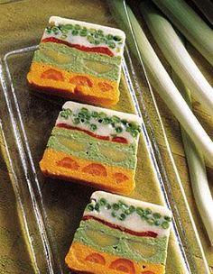 Recette terrine de légumes : Gardez au congélateur votre terrine vide pendant 1 h. Grillez les poivrons à four chaud avant de les peler, épépiner et couper en lanières. Epluchez les carottes et les poireaux, lavez-les et cuisez-les entiers à la vapeur, séparément : ils doivent être très c...