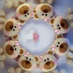 Ursinhas de feltro para decoração de festa.