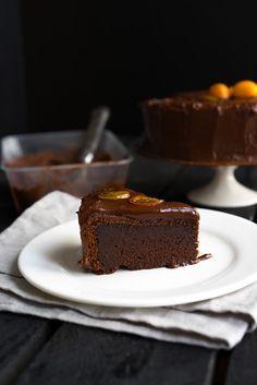 Закончить год я хочу своим любимым десертом - тортом &qout;Абсолютный шоколад&qout;. В нёмбольше трети массы - чистый тёмный шоколад, целых полкило. Вижу, как шокологики с�…