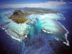 海に流れ落ちる「幻の滝」が出現!モーリシャス島の美しい景色に隠された謎