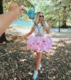 30 Forced Perspective Photography Ideas You Need To Steal! Portrait Photography Poses, Photography Poses Women, Summer Photography, Girl Photography Poses, Photo Poses, Creative Photography, Amazing Photography, Photography Pricing, Photography Flowers