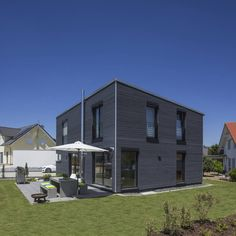 Dieses moderne Einfamilienhaus tanzt aus der Reihe und verzaubert mit jeder Menge Charme, Charakter, Style und einem wohngesunden Ambiente.