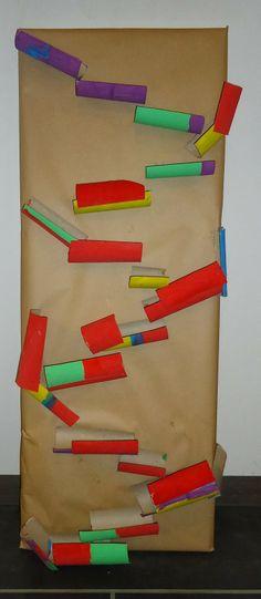 Knikkerbaan van lege toilet rolletjes! | idee voor bij het thema Spelen is Leren| www.peuteractiviteitenweb.com
