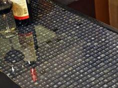 Reuso de materiais: Uma bancada diferente pode dar uma nova cara para uma cozinha convencional. Reutilize moedas, teclados antigos, tampas de garrafa de cerveja ou rolhas de vinho. Cubra com vidro e não esqueça de impermeabilizar as bordas para evitar problemas de infiltração.