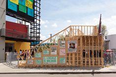 Construido en 2015 en Bogota, Colombia. Imagenes por Santiago Pinyol. Un vestíbulo de ingreso, un área expositiva y una librería con zona de comidas, son los espacios que conforman año tras año un pabellón de 3.000 m2...   http://www.plataformaarquitectura.cl/cl/774566/arquitectura-del-pabellon-macondo-manuel-villa-arquitectos-plus-oficina-informal
