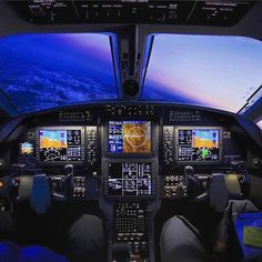Flight deck view on a commercial airliner looking out the front window while the aircraft is in a banking turn in the sky at dusk. Helicopter Cockpit, Glass Cockpit, Airplane Wallpaper, Plane Photography, Airplane Pilot, Passenger Aircraft, Private Plane, Aerospace Engineering, Military Photos