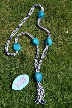 Collar de taguas realizado de manera artesanal por Madame Kalalú. Cuentas azules y blancas; taguas azul turquesa. Ramillete de cuentas rematadas con ojos de Panamá. #altaartesania #exclusividad #madamekalalu (Ref. COTALO0031)
