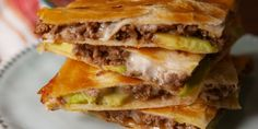 Chicken Tacos Discover Ultimate Quesadilla Recipe Ultimate Easy Quesadilla Recipe - going to try this with faux meat (vegetarian) crumbles and see how it tastes. Avocado Recipes, Meat Recipes, Mexican Food Recipes, Cooking Recipes, Healthy Recipes, Recipes Dinner, Yummy Recipes, Dinner Ideas, Kitchens