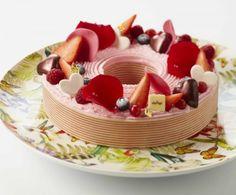 Dessert spécial fête des mères aux fruits rouges. Merci à nos artisans pâtissiers de nous ravir les yeux et les papilles avec tant de couleurs gourmandes. L'Atelier