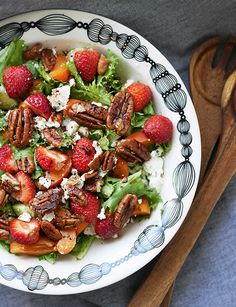 Syötävän hyvä: RAIKAS JA MAKEA KESÄSALAATTI Summer Salads, Kung Pao Chicken, Feta, Berries, Gluten Free, Vegetarian, Ethnic Recipes, Glutenfree, Summer Salad