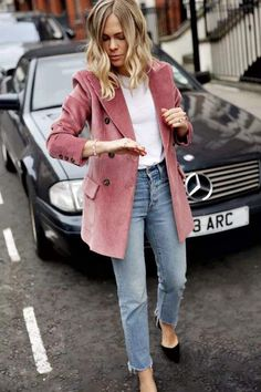 White t-shirt+straigh-leg jeans+black pumps+pink corduroy blazer. Fall Casual Date/ Weekday Outfit 2018 Blazer Outfits Casual, Outfit Jeans, Blazer Outfits For Women, Blazer Jeans, Look Blazer, Blazer Fashion, Jean Outfits, Trendy Outfits, Fashion Outfits