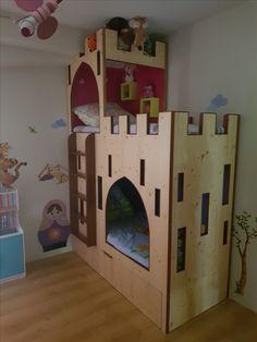 Lit superposé pour enfant avec grand tiroir de rangement. Partie supérieur, tour de château, pour les princesses et partie inférieur, cabane pour les chevaliers.